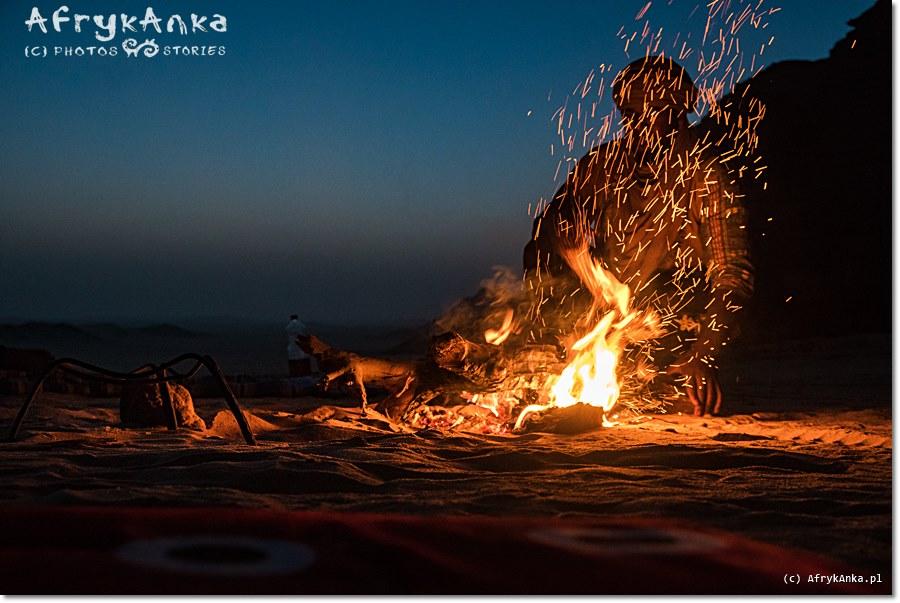 Ognisko na pustyni.