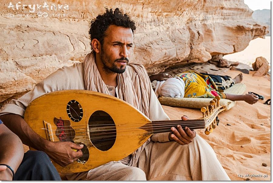 Popołudniowa przerwa w podróży - Tuaregowie potrafią się cieszyć każdą chwilą.