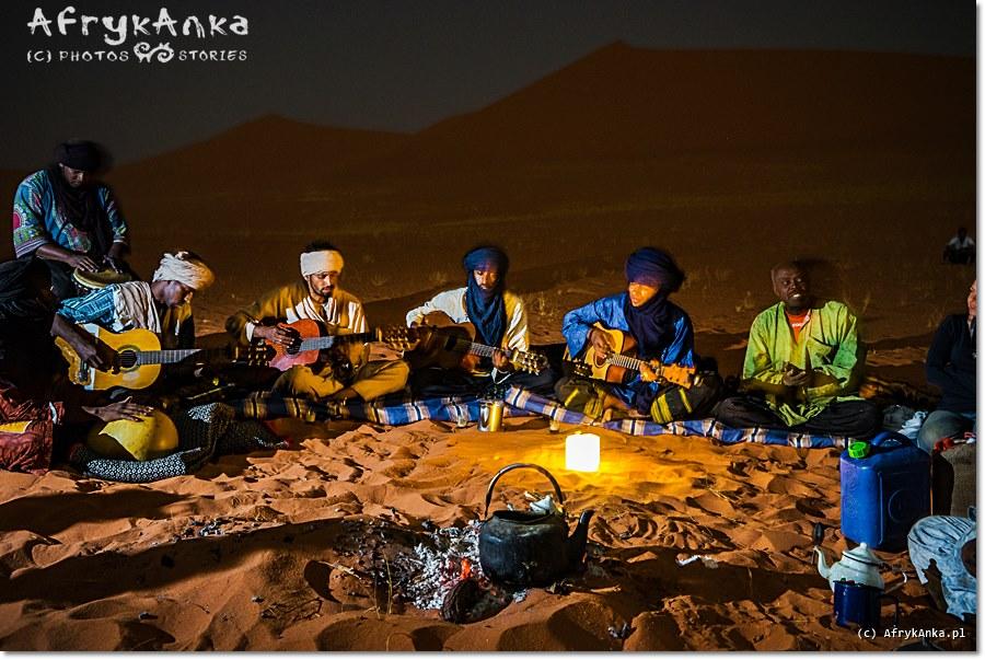 Biwak na Saharze: każdego wieczoru przy ognisku odbywały się koncerty tuareskich muzyków.