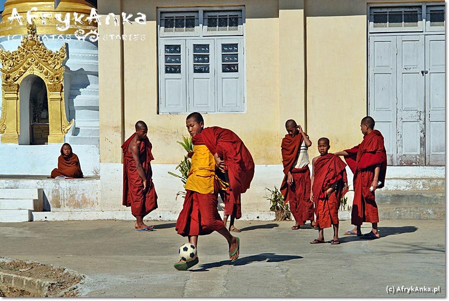 Mali mnisi nie przestają być dziećmi - przerwa w modlitwie to świetna okazja by pograć w piłkę!