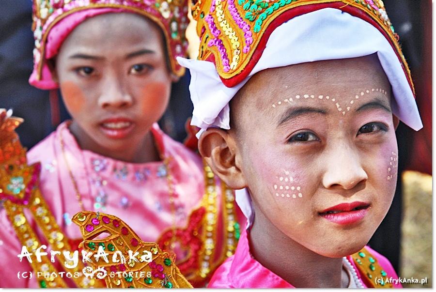 Zarówno chłopcy jak i dziewczęta mają odświętny makijaż.