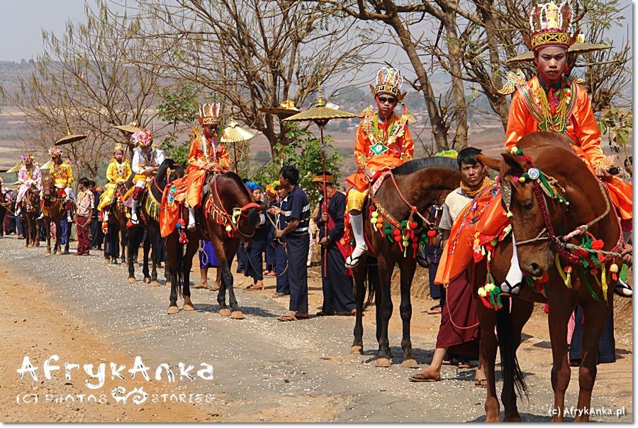 Imponująca procesja w Lamine: chłopcy jadą na koniach.