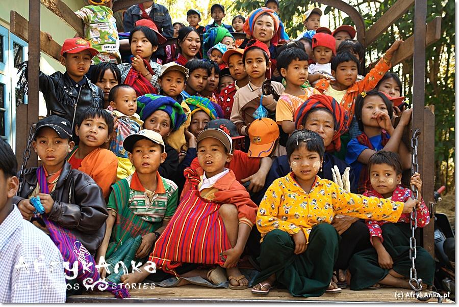 Większość z dzieci obserwujących ceremonię także była (lub będzie) samanera.