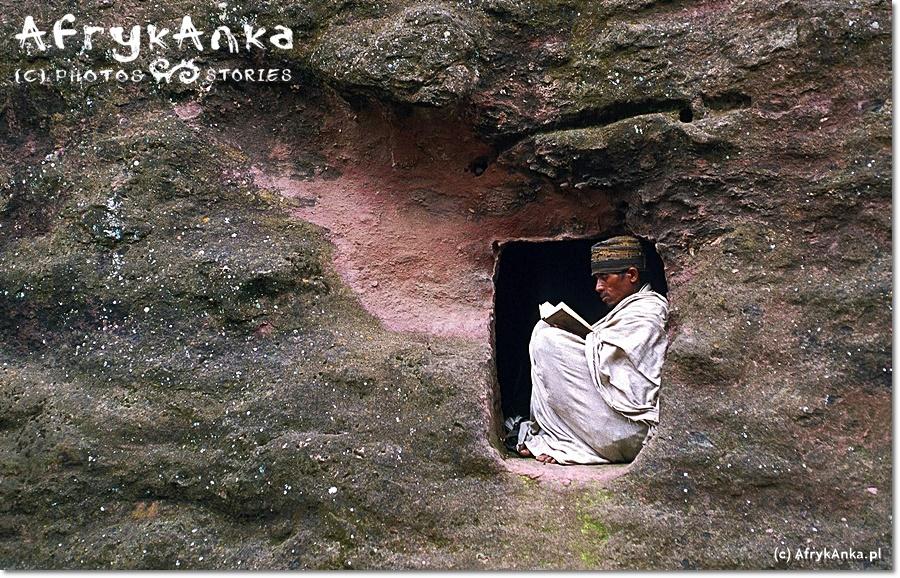 Modlący się pielgrzym w Lalibeli.