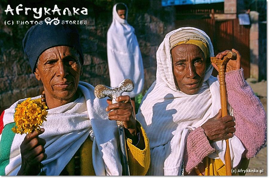 Kobiety w drodze na mszę z bukietami kwiatków meskel - symbolem Nowego Roku.