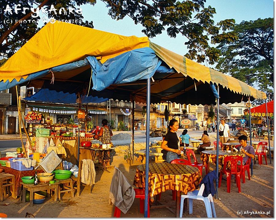 Idealne miejsce na wieczór: knajpki nad Mekongiem.