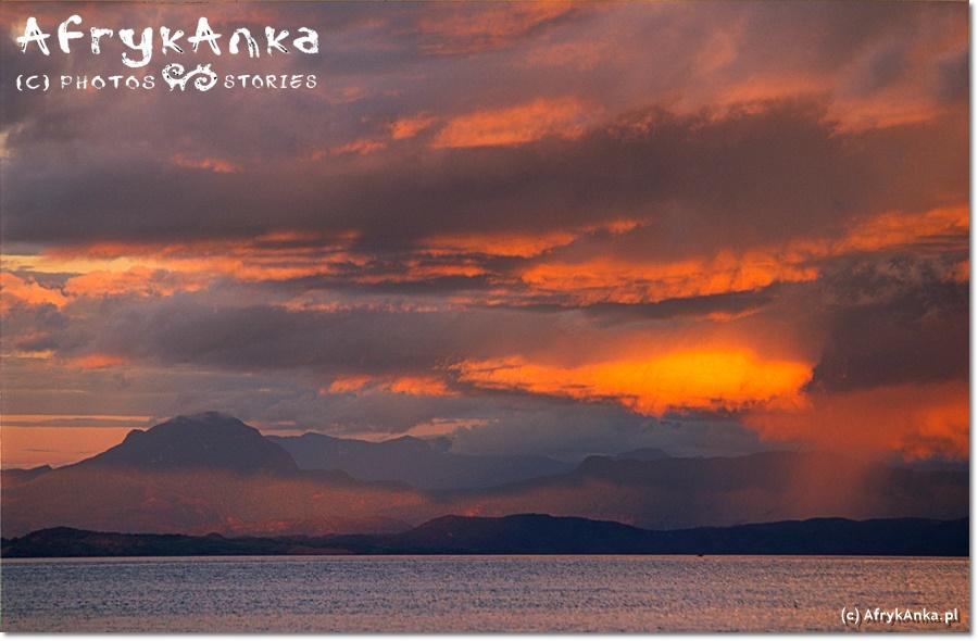 Zachód słońca widziany z łodzi.