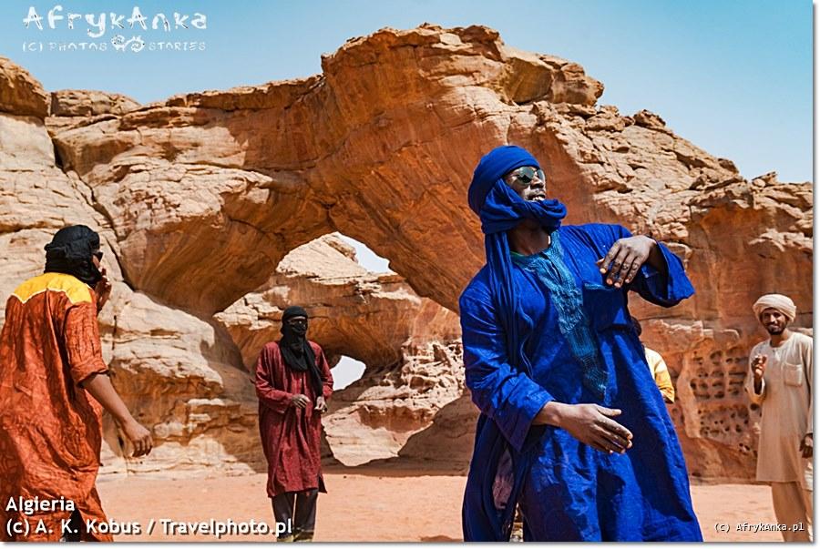Algieria. Gdy my zwiedzamy piękne skały na Saharze, Tuaregowie cieszą się chwilą.