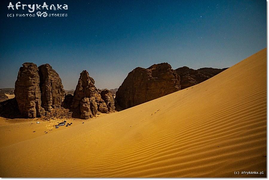 Sahara, nocleg wśród piasków. Od cywilizacji dzieli nas wiele godzin jazdy.