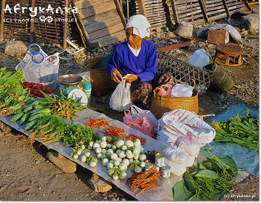 Vientiane - uliczny targ. Warzywa na pewno ekologiczne i nie pryskane!