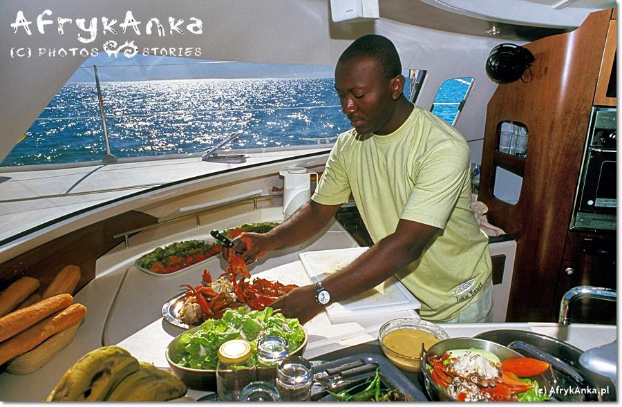 Praca na katamaranie w zespole. W końcu firma przyjęła do wiadomości, że Anka nie umie gotować i kuchnię przejął mistrz kuchni Bernard.