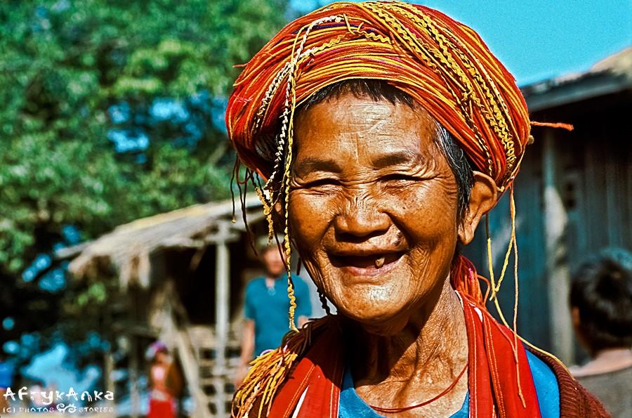 Barwne tradycyjne stroje noszą na świecie także starsze panie. Mogę zatem i ja!