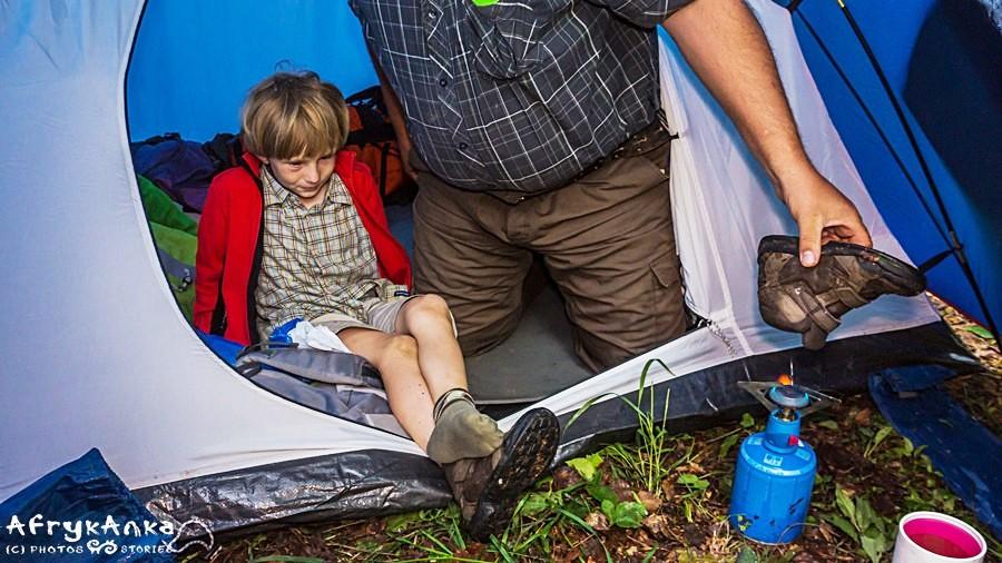 Kreatywny tata podgrzewa skarpetki i buty, by było miło je włożyć.