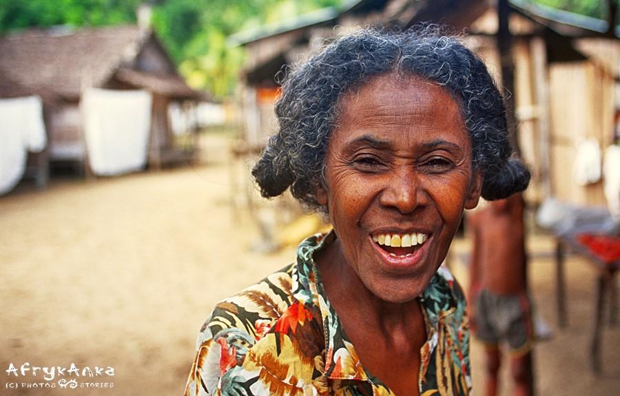 Yvonne na Madagaskarze przekazywała młodym dziewczynom wiedzę o leczniczych roślinach.