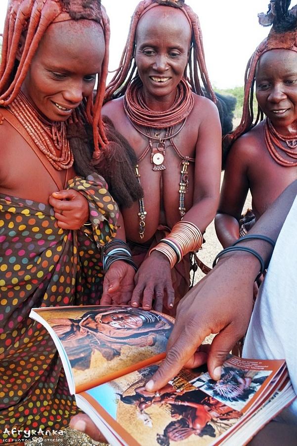 Namibia. Panie Himba z radością odnalazły w książce swe znajome.
