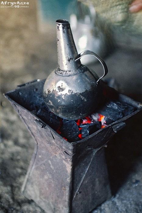 Etiopska kawa jest parzona w tradycyjnym dzbanuszku.