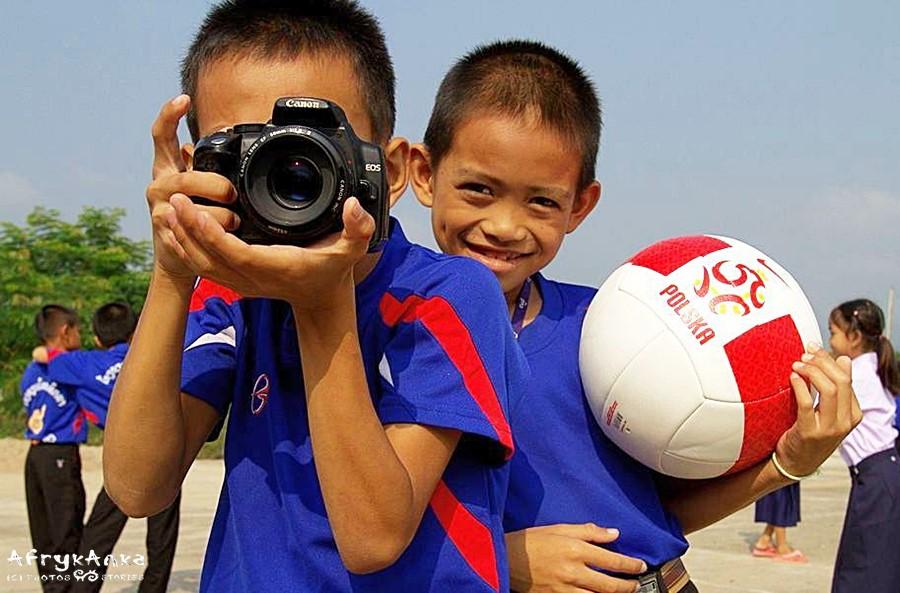 Na całym świecie dzieciaki lubią grać w piłkę!