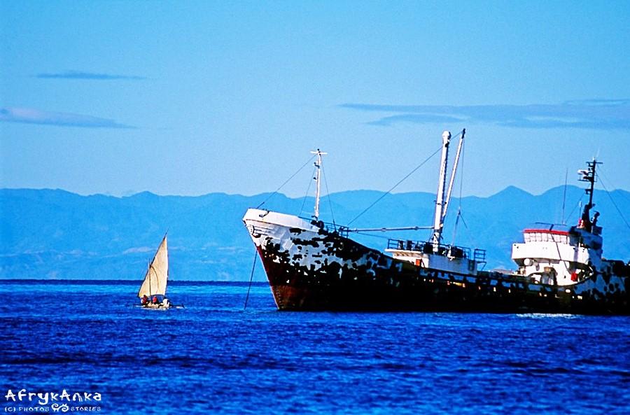 W zetknięciu ze statkami rybackimi, morscy nomadzi nie mają szans na udane połowy.