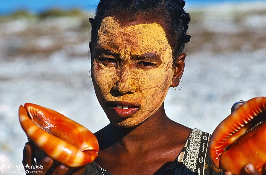 Chroniąc się przed słońcem kobiety nakładają na twarz maseczki ze sproszkowanego drewna.