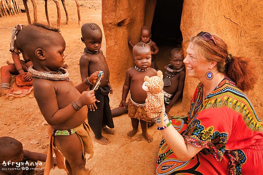 """Pacynka żyrafka """"rozmawia"""" z dziećmi."""