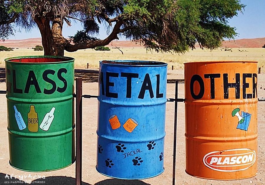 Segregacja śmieci pomaga je zutylizować.