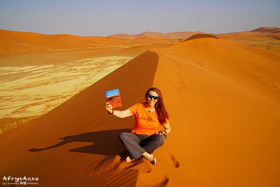 Na pustyni Namib z książką o Namibii.