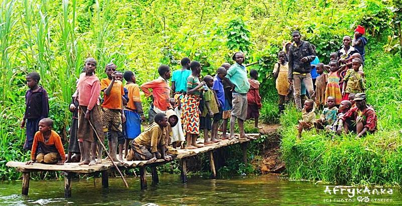 """""""Komitet powitalny"""" w Ugandzie. I KAŻDE z tych dzieci, ma nadzieję, że uda mu się coś od ciebie dostać..."""