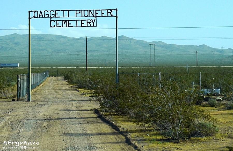 Brama cmentarza, w tle międzystanowa droga 40.