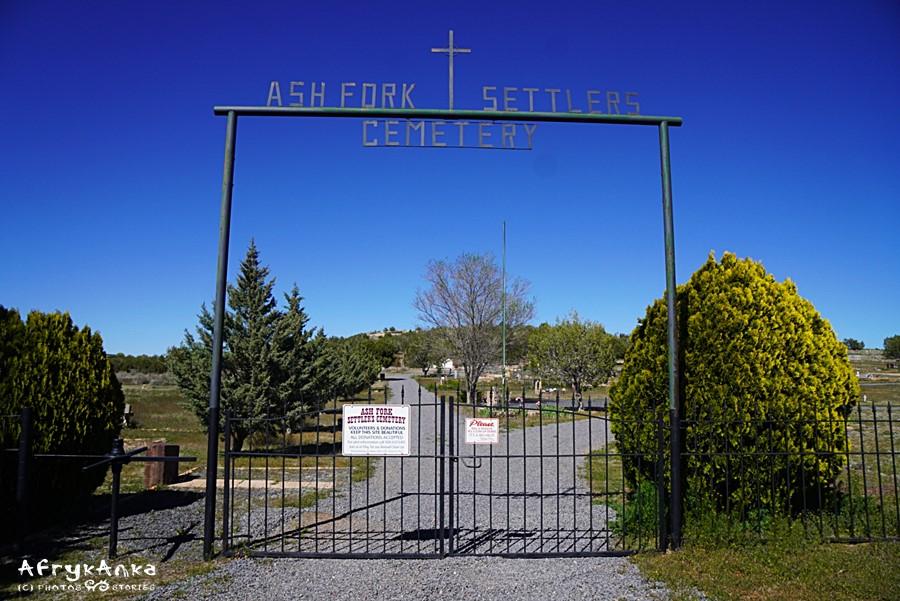Wejście na Cmentarz Osadników.