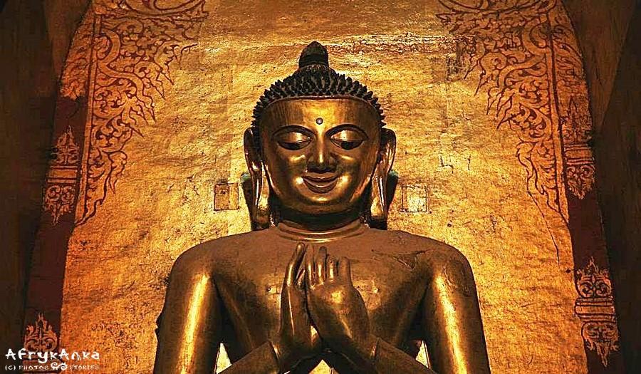 Posąg w świątyni Ananda - Pagan. Z oddali wygląda na uśmiechnięty...