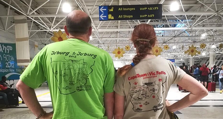 Dwie wyprawy - dwie koszulki. Zdjęcie na lotnisku w Addis Abebie :)