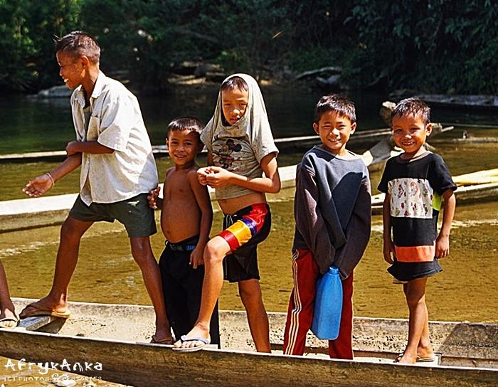 Dzieci z Vang Vieng.
