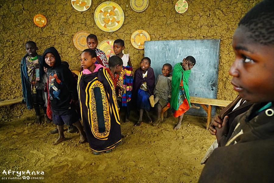Czasem jedynym wyposażeniem wiejskiej szkoły jest tablica.