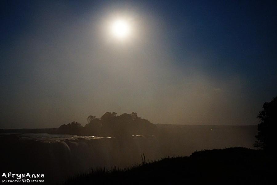 Księżyc wschodzi, pył wodny wiruje, są szanse na tęczę!