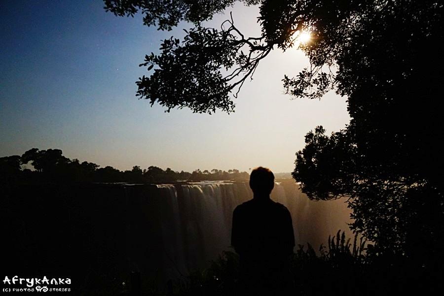 Panorama wodospadów nocą.