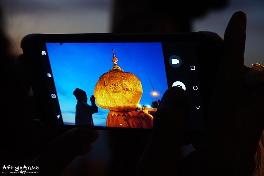 Marzenie pielgrzymów - zdjęcie pod Kyaiktyio.