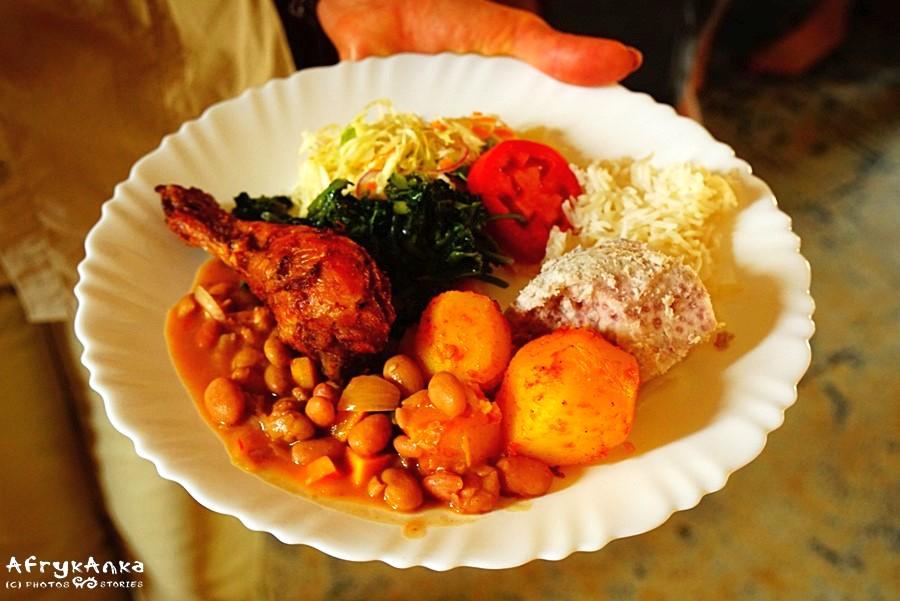 Po trochu wszystkiego: kurczak, fasola, ziemniaki, binyebwa, warzywa...