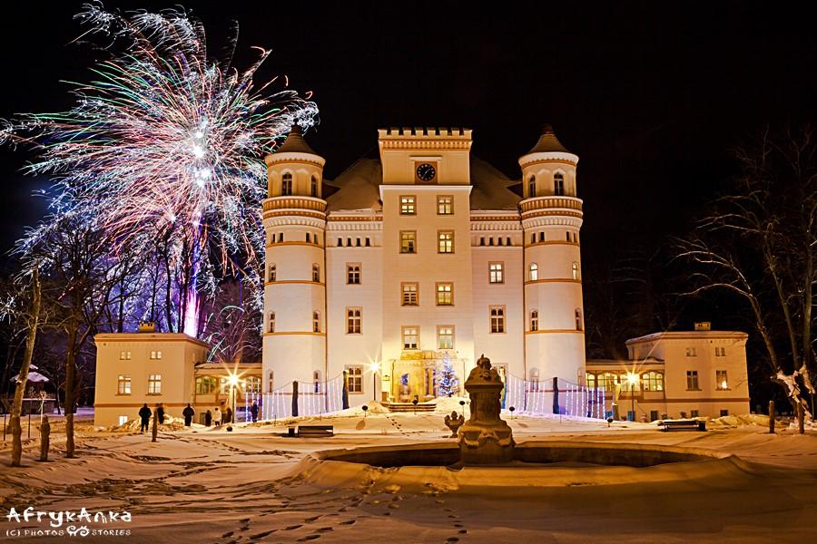 Fajerwerki przed pałacem Wojanów.