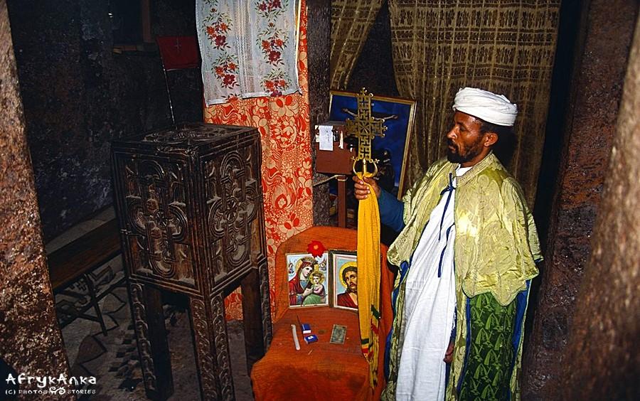 Ksiądz wewnątrz monolitycznego kościoła.