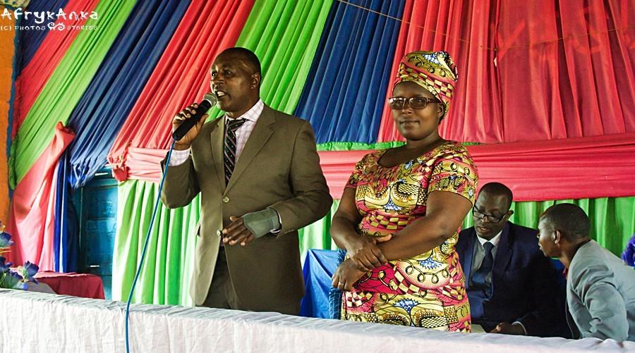 Szef z żoną dziękują całemu zgromadzeniu za wsparcie.
