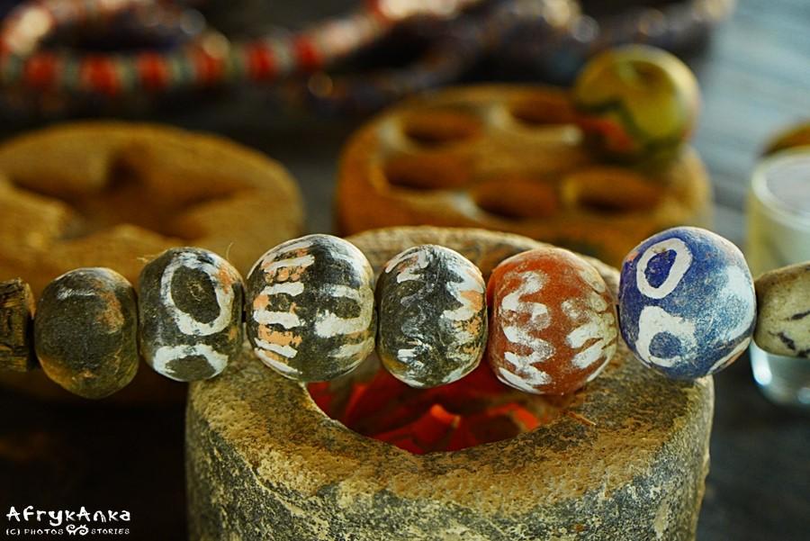 """""""Writing beads"""" to koraliki Krobo z dorysowanymi wzorami."""