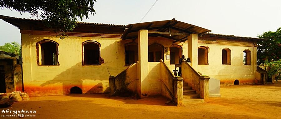 Dom niewolników. U dołu widoczne wejścia do piwnic.