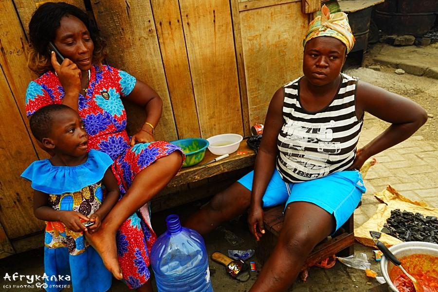 Choć na ulicach widać zachodnie ubrania - to afrykańskie tkaniny są bardzo popularne.