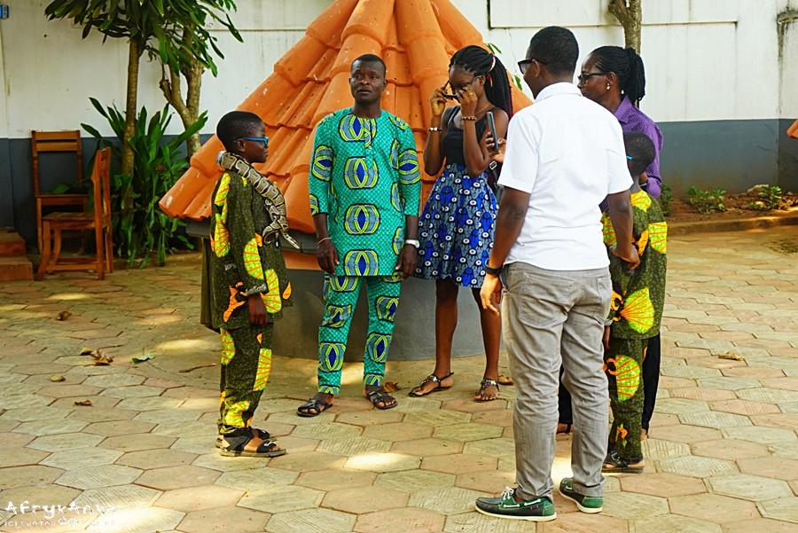 Świątynia pytonów - rodzina podczas zwiedzania.
