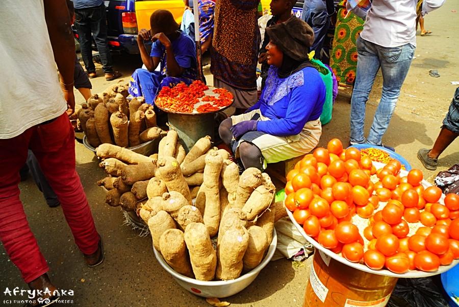 Jam między pomidorami - targ w Accra.