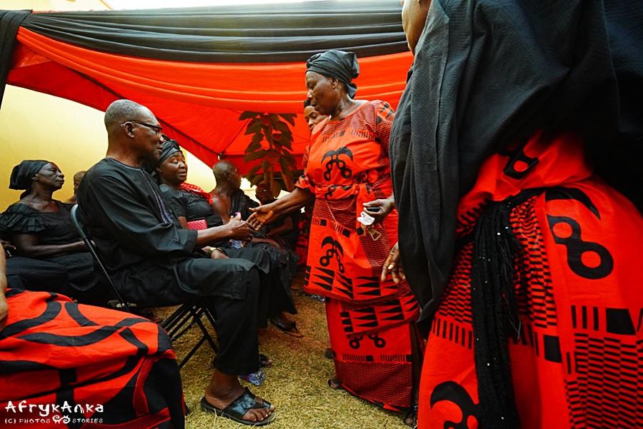 Żałobnicy w Ghanie w strojach z adinkra.