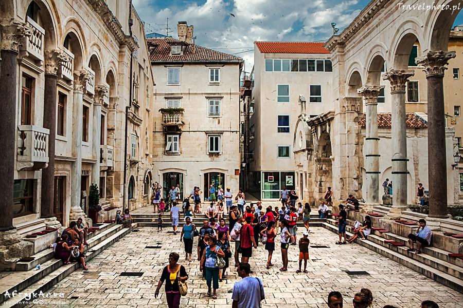 Plac przed katedrą.