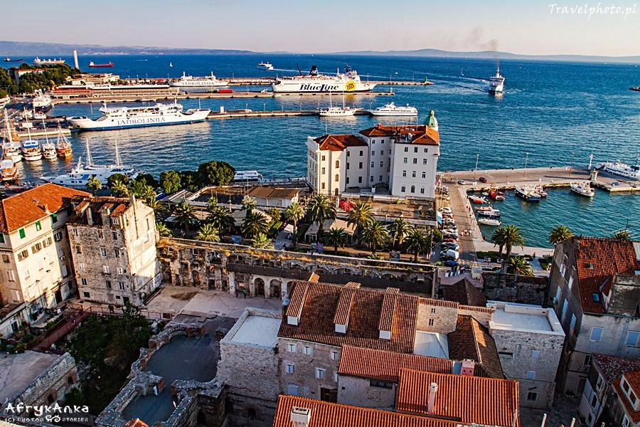 Port - ze Splitu promy płyną na Korczulę i Hvar.