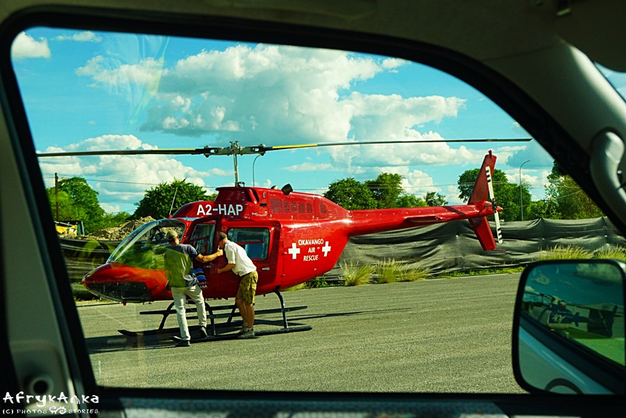 Wstawianie drzwi do helikoptera.