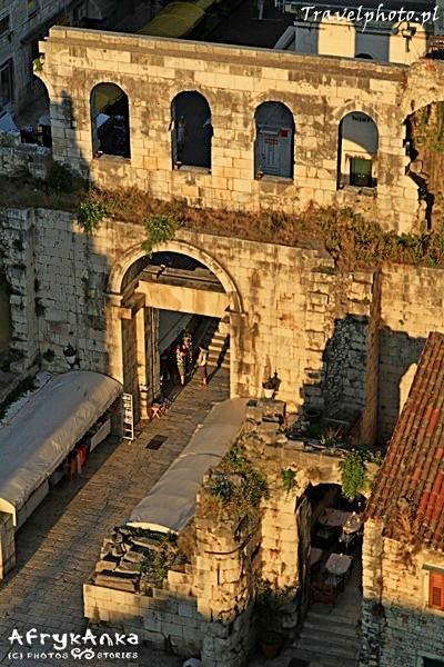 Srebrna Brama - jedna z czterech bram pałacu.
